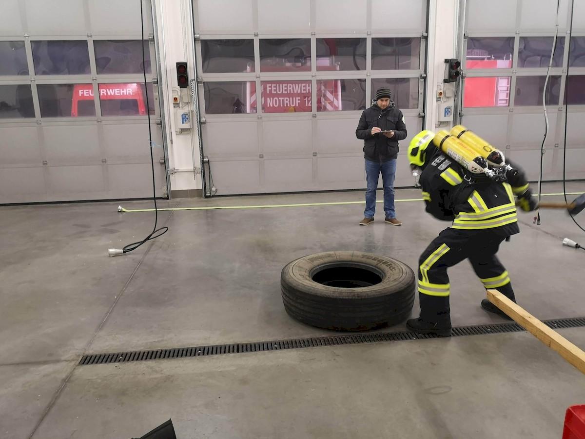 LKW-Reifen hämmern